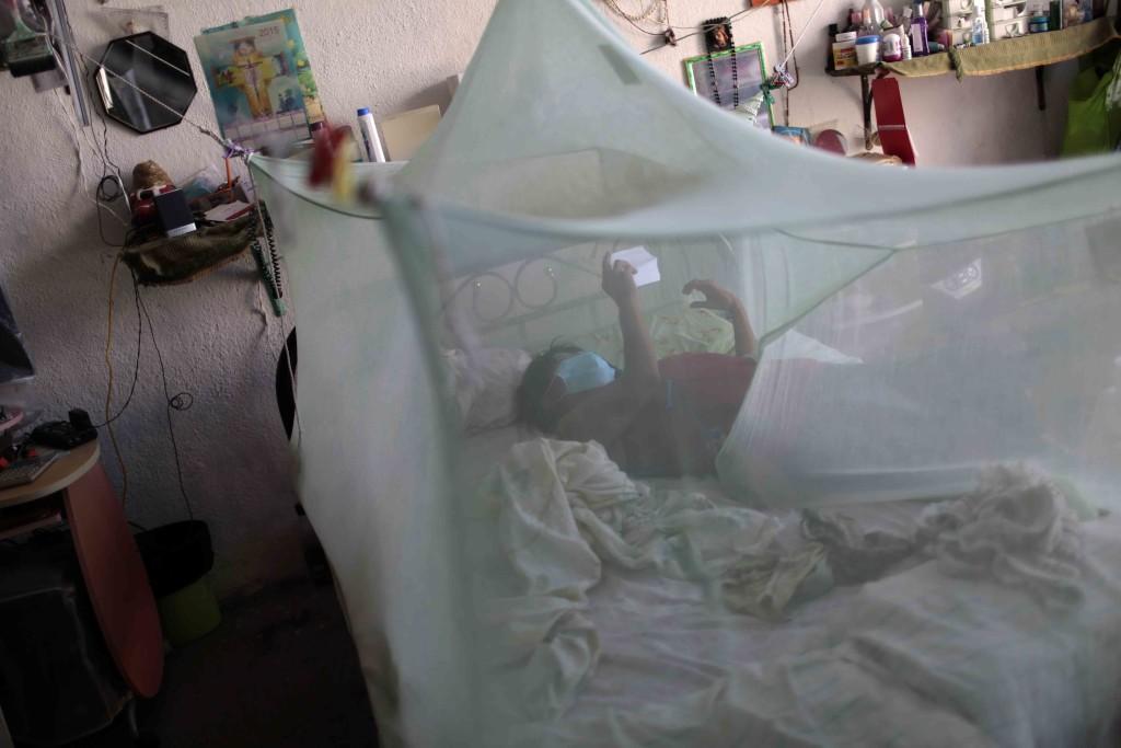 Una paciente, probablemente infectada, descansa en su casa