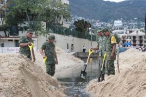 50612176. Acapulco.- El secretario de Protección Civil en Guerrero, Raúl Miliani Sabido, informó que el  alto oleaje, ocasionado por la tormenta tropical Carlos, provocó que el agua llegara a la zona turística y dejó dos autobuses de pasajeros y un auto compacto varado. NOTIMEX/FOTO/ADRIANA COVARRUBIAS/COR/WEA/LLUVIAS15