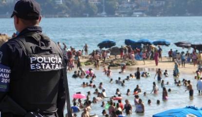 Policias en playa de Acapulco (3)_800x400