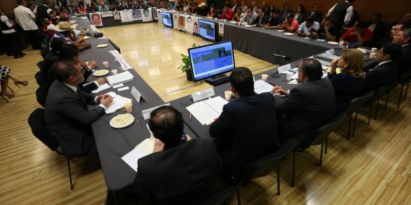 Padres de normalistas secuestrados en Ayotzinapa rompen diálogo con Procuradoria mexicana