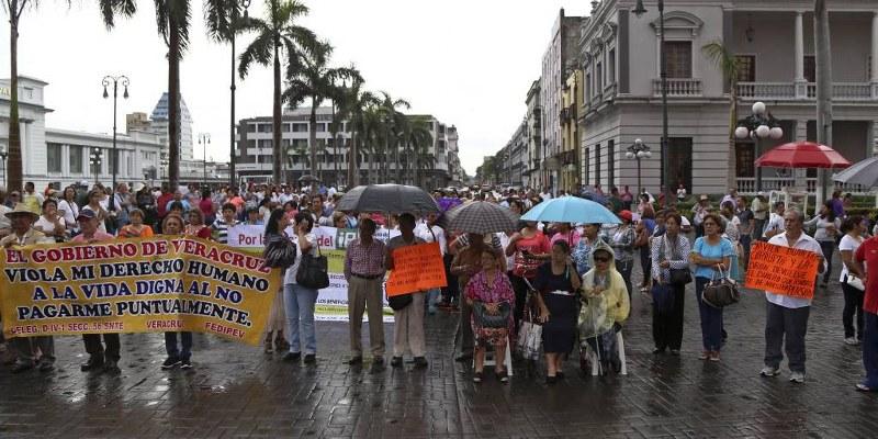 Con bloqueo a carreteras, maestros de Veracruz exigen pago