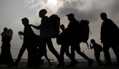 migrantes-caminar-contraluz-subexpuesta