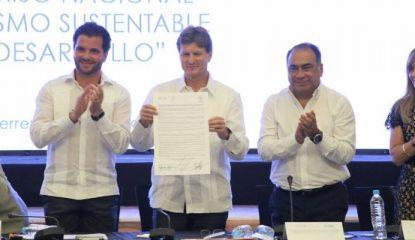 """astudillo firma de convenio 800x400 415x240 - """"No queremos hoteles de primera y comunidades de tercera"""": Astudillo"""