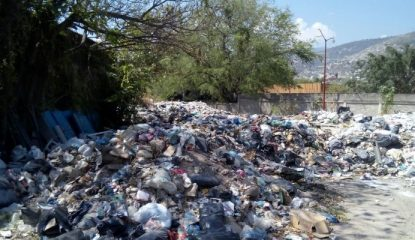 basura chilpancingo 6 800x400 415x240 - Entre basura y gusanos viven vecinos en Chilpancingo [FOTOS]