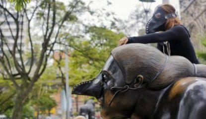 botero Noticias 415x240 - Colocan máscaras de peste negra a esculturas de Botero en Colombia