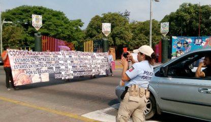 acapulco bloqueo 2 800x400 415x240 - Bloquean CONACOCI Costera de Acapulco por falta de obra