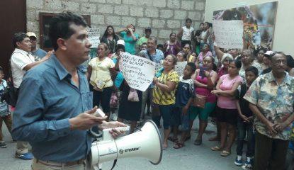 acapulco protesta cabildo 800x400 415x240 - Protestan por tranza de Evodio en oficialías del Registro Civil