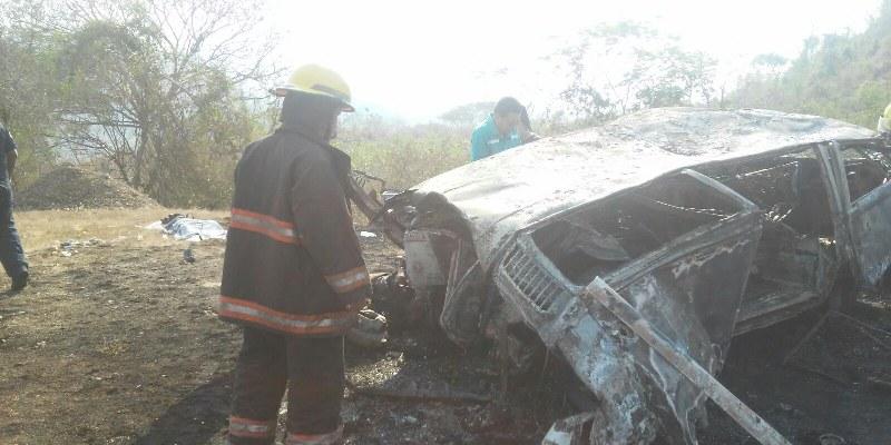 Provocó tráiler volcadura e incendio de combi en la Autopista del Sol