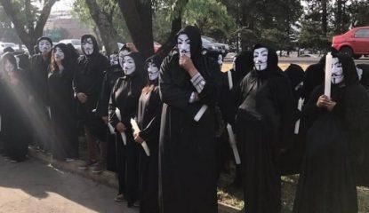 Disfrazados de Anonymous en el debate