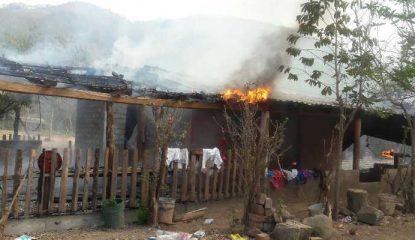 casa quemada en zihuatanejo 800x400 415x240 - Comando quema tres viviendas en pueblo de Zihuatanejo