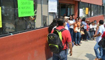 chilpancingo protesta trabajadores SEG 800x400 415x240 - Paran labores en oficinas de Educación en Chilpancingo; exigen mejoras
