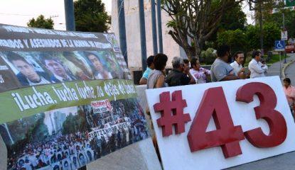 mitin 43 800x400 415x240 - Recuerdan en Chilpancingo lucha por los 43 de Ayotzinapa