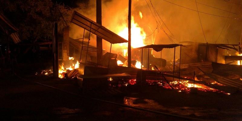 Consume incendio 25 locales de la Central de Abasto de Acapulco