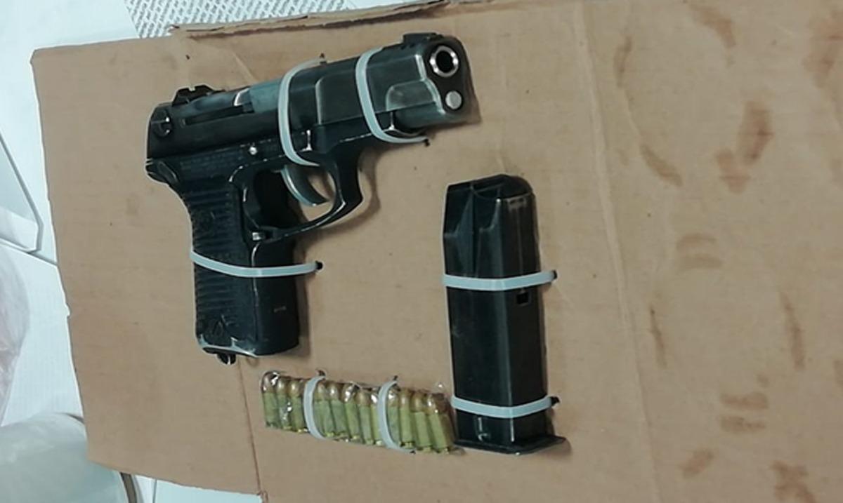 También fue asegurada un arma de fuego corta marca Ruger modelo P89 DC calibre 9mm con un cargador abastecido con 13 cartuchos útiles del mismo calibre
