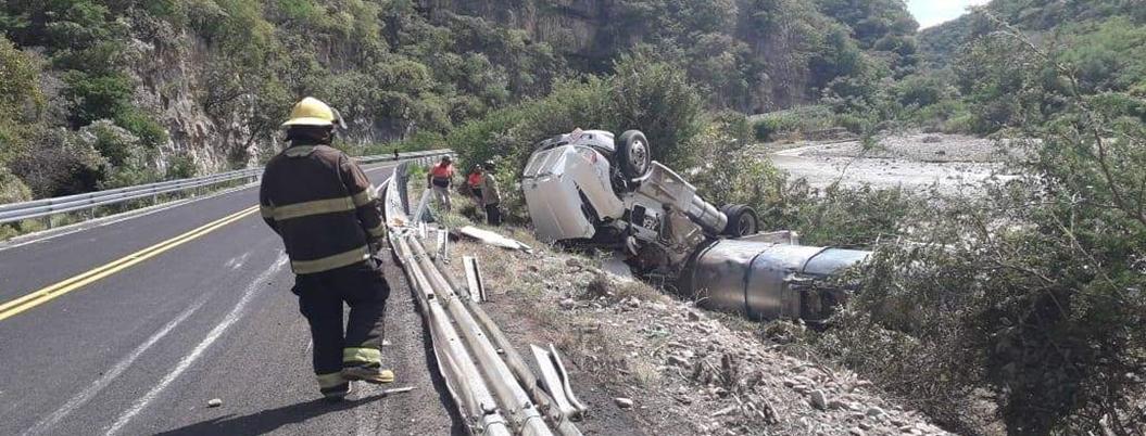 Pipa con diésel se vuelca en la carretera Chilpancingo-Iguala - Bajo Palabra